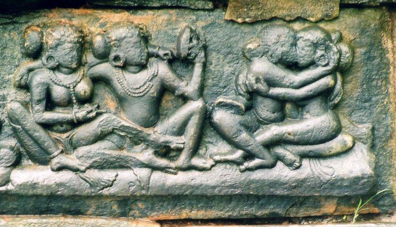 """Rzeźba przedstawiająca pozycję z  """"Kamasutry"""" znajdująca się na terenie dzisiejszych Indii."""