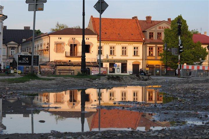 """Tak wyglądała """"rewitalizacja"""" rynku i kamienicy przy ul. Kościelnej."""