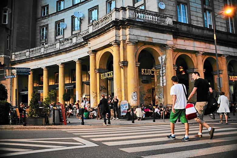 Praca na ulicach to wyzwanie. Na polskich ulicach pracują nie tylko biedni studenci, ale i ludzie z doktoratem realizujący się w swym zawodzie.
