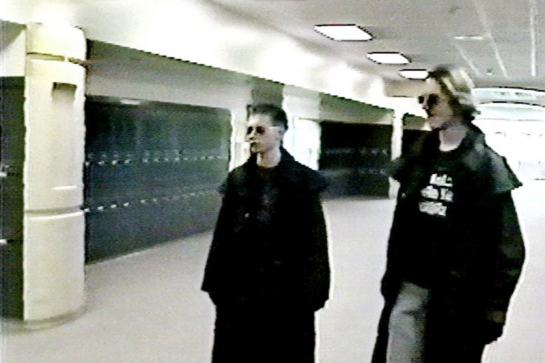 Sprawcy masakry w Columbine uwiecznieni przez szkolne kamery. Nagranie zostało udostępnione prasie dopiero w 2004 roku.