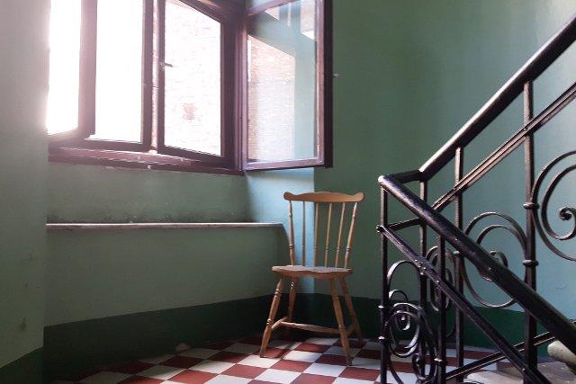 To krzesło to tylko przystanek. Dzięki nim pani Sabina daje radę wejść na ostatnie piętro kamienicy do swojego mieszkania.