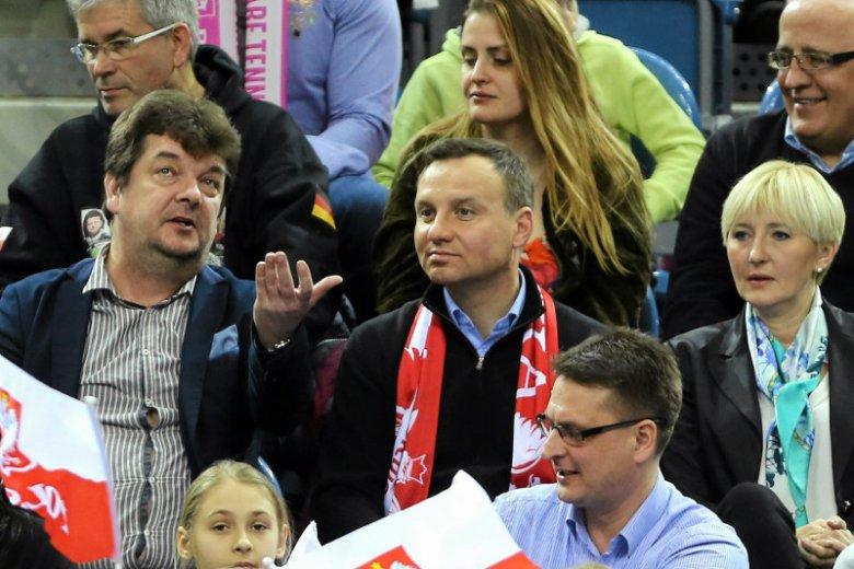 Zdjęcie poglądowe. Europoseł Andrzej Duda (PiS) z żoną na trybunach stadionu piłkarskiego (2014).