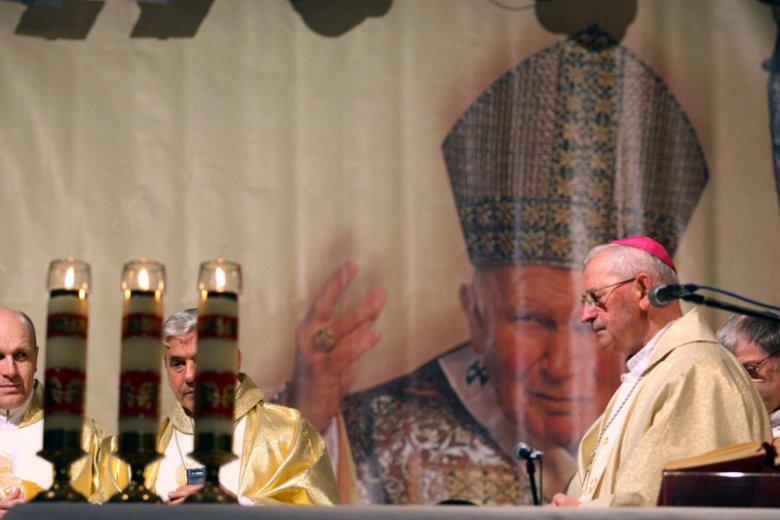 Bp Tadeusz Pieronek wątpi, by Jan Paweł II chciał takiej rechrystianizacji Europy, jaką zapowiada rząd PiS.