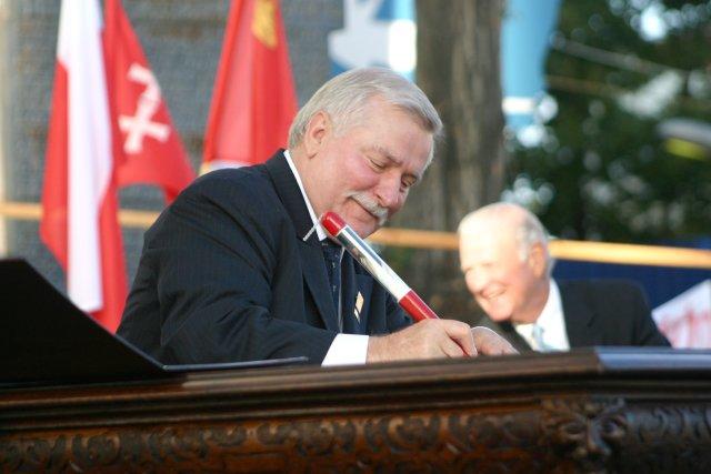 Lech Wałęsa i Janusz Śniadek podpisują 31 sierpnia 2005 roku, Akt Erekcyjny Europejskiego Centrum Solidarności, tą samą repliką słynnego długopisu, wraz z ponad dwudziestoma szefami rządów i państw, przy historycznej bramie nr 2 Stoczni Gdańskie.