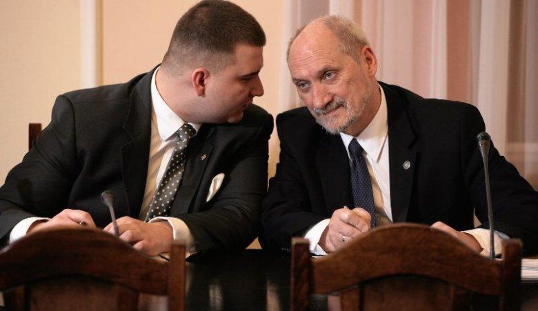 Bartłomiej Misiewicz, ówczesny rzecznik MON i minister Antoni Macierewicz podczas posiedzenia sejmowej komisji obrony, w sprawie powołania komisji smoleńskiej .
