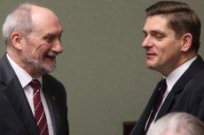 Bartosz Kownacki (po prawej), w resorcie Antoniego Macierewicza, był członkiem jego komisji smoleńskiej lansującej spiskową teorią zamachu.