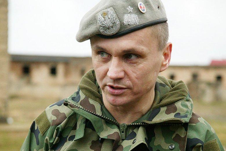 """Gen. Roman Polko próbował bronić nowego dowódcy GROM, ale ciągnięty za język przyznał, że płk Mariusz Pawluk nazywany jest """"Pontonem"""", bo """"przytyło mu się""""."""