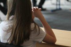 Uczennica szkoły w Kołobrzegu, regularnie zdobywająca wyróżnienia w konkursach dziennikarskich, przez swój kolejny tekst na konkurs, musiała zmienić szkołę. Zdaniem nauczycielki, napisała paszkwil a nie felieton.