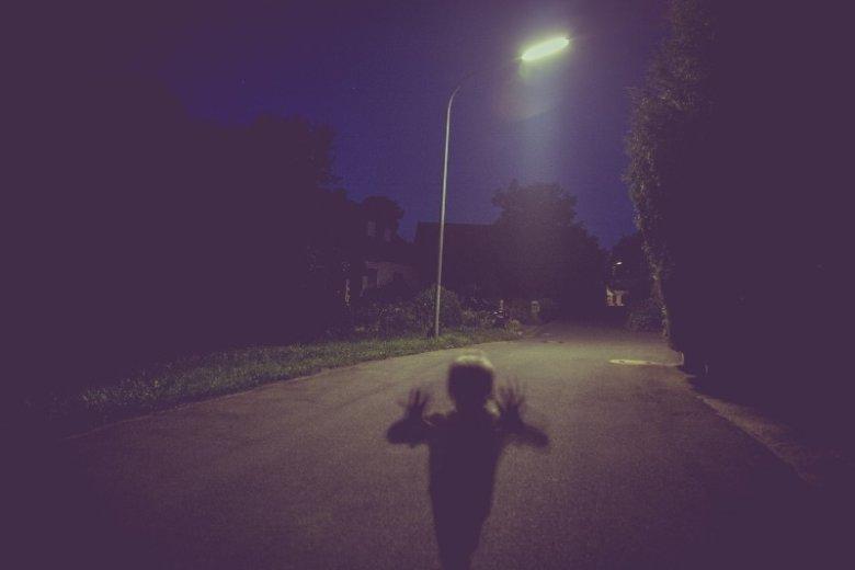 Czarna wołga porywająca dzieci, seryjny morderca-nekrofil i znikający autostopowicz. Skąd się biorą legendy miejskie?