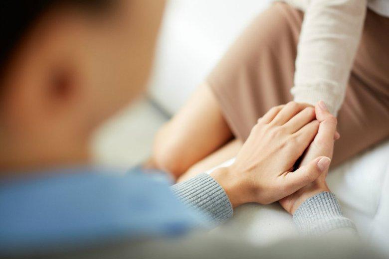 Rozmowa z bliską, chorą na raka osobą nigdy nie jest łatwa. Pewnie dlatego często uciekamy się do frazesów