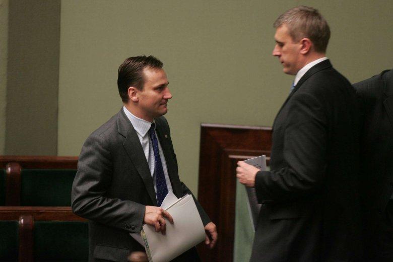 Ministrowie edukacji i obrony narodowej w rządzie Jarosława Kaczyńskiego: Roman Giertych i Radosław Sikorski. 2006 rok.