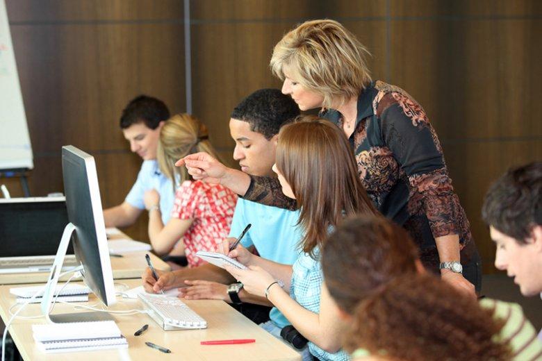 [url=http://tinyurl.com/ozm9w7k]Romans[/url] nauczyciela z uczniem to problem nie tylko dla nich, ale i dla szkoły.