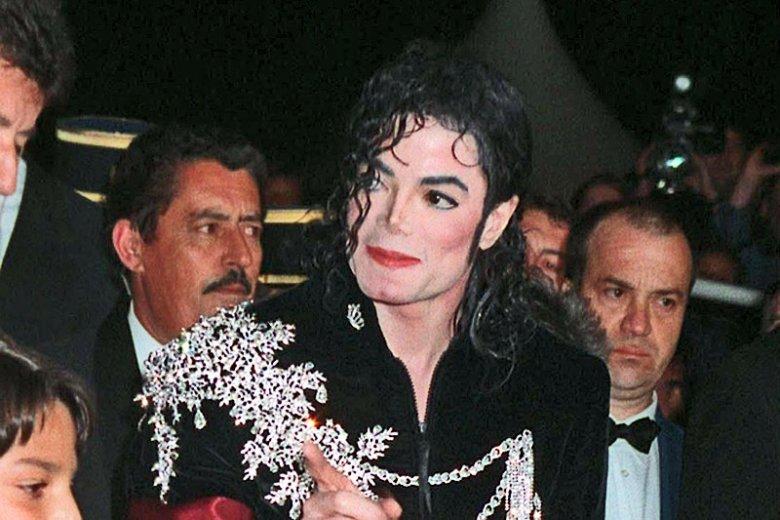 Michael Jackson cierpiał na zaburzenia fazy REM. Praktycznie nie spał, przez co mógł umrzeć bez ingerencji lekarza. Conrad Murray postanowił leczyć go jednak usypiającym propofolem, co tylko pogarszało stan gwiazdora.