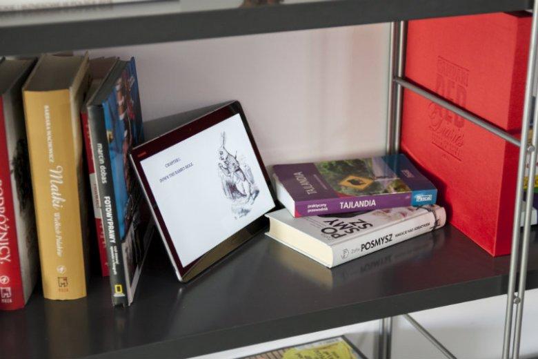 """MediaPad M3 Lite waży ułamek tego, co tradycyjna książka.O d czytnika e-booków jest znacznie bardziej funkcjonalny. A komfort czytania? Porównywalny z kartką - zwykłego i """"e"""" - papieru."""