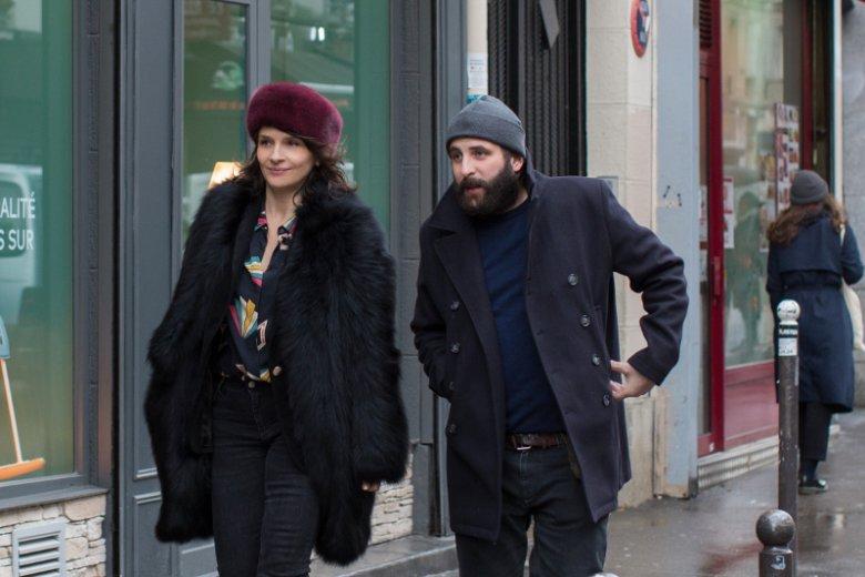 Czy podwójne życie zawsze oznacza zdradę? Niekoniecznie. Do takiego wniosku można dojść po obejrzeniu nowego filmu Oliviera Assayasa.