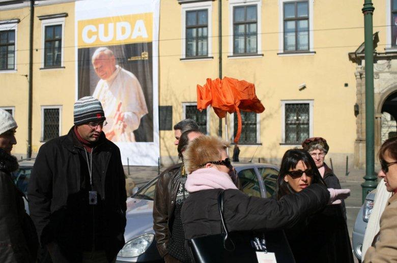 Turyści przed Oknem Papieskim w Krakowie