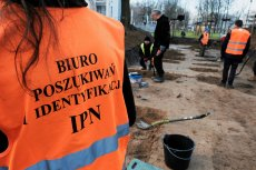 W zamian za prace przy poszukiwaniu szczątków żołnierzy, IPN rozdawał wolontariuszom ziemię z grobów.