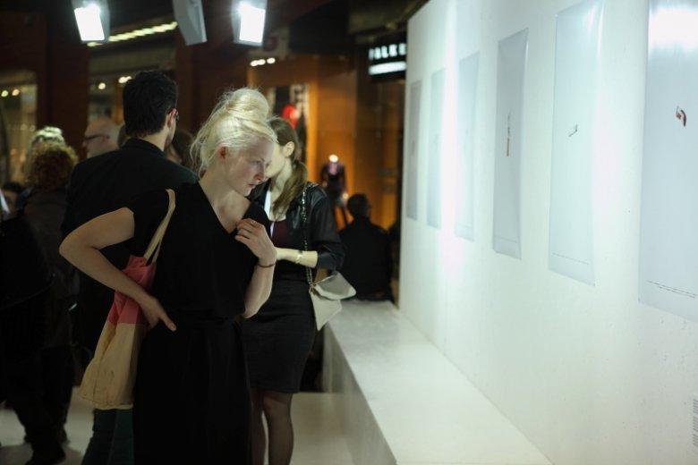 Gosia Popinigis przy swojej pracy prezentowanej podczas wystawy AFF w Starym Browarze.