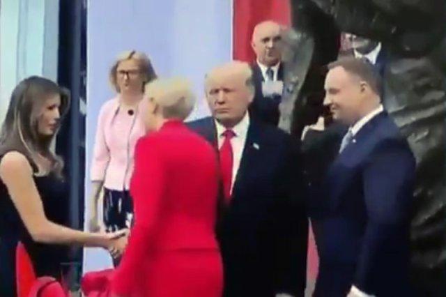 Agata Konrhauser-Duda uczyniła afront prezydentowi USA Donaldowi Trumpowi. Ostentacyjnie ominęła jego wyciągniętą w jej kierunku dłoń i przeszła do uścisków z Melanią Trump.