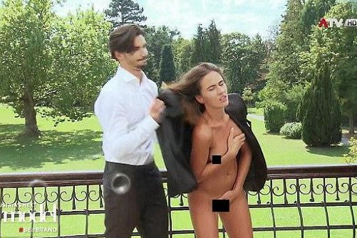 """Uczestniczki """"Austria's Next Top Model"""" musiały pozować nago z kompletnie ubranymi mężczyznami, którzy trzymali dłonie na ich piersiach i narządach płciowych. Na wszystko miały 15 minut, inaczej odpadłyby z rywalizacji o lukratywny kontrakt."""