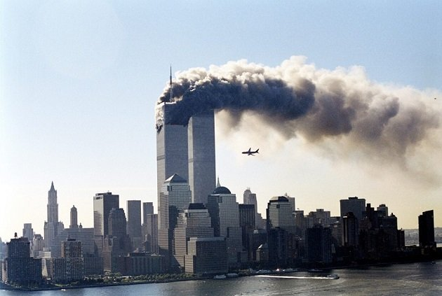 Samolot United Airlines 175 uderza w drugą wieżę World Trade Center w Nowym Jorku, 11 września 2001 roku. Kilkadziesiąt minut później obie wieże WTC leżały w gruzach.