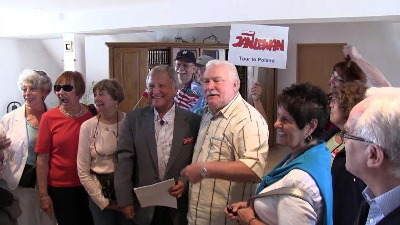 Kadr z nagrania przedstawiającego wycieczkędo Polski zorganizowanąprzez Jana Lewana w 2013 roku.