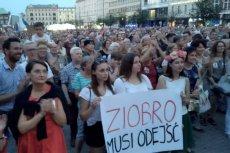 Poznaniacy utworzyli na Placu Wolności Łańcuch Światła. Domagają się dymisji Zbigniewa Ziobry.