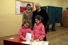 Joachim Brudziński wraz z żoną i córkami podczas głosowania w wyborach parlamentarnych w 2011 roku.