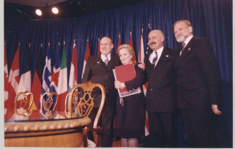 W amerykańskim Independence Bronisław Geremek przekazał na ręce Madeleine Albrigt akt przystąpienia Polski do Paktu Północnoatlantyckiego.