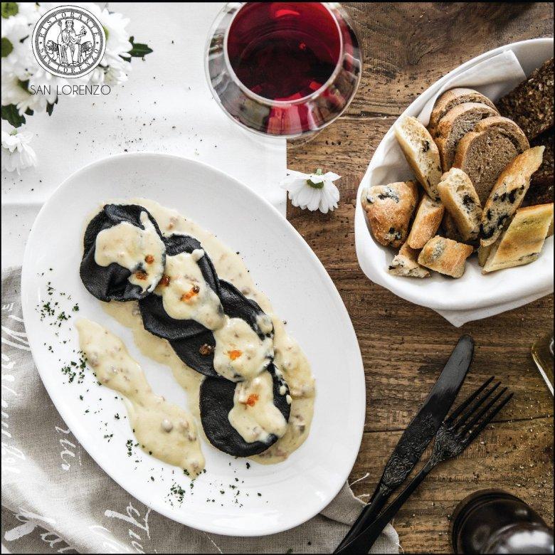 Czarne ravioli z nadzieniem ze świeżego łososia w kremie z wędzonego łososia z czerwonym kawiorem
