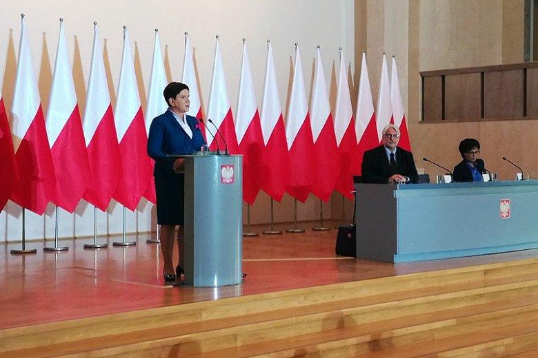 Premier Beata Szydło w czwartek zapewniała, że Polska zostanie w Unii Europejskiej. Wypowiedziane na koniec słowa i oprawa jej wystąpienia zdawały się jednak sugerować co innego...