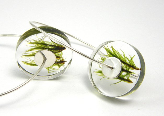 Kolczyki z trawą, pierścionki z mchem, naszyjniki z kwiatami – projekty Sylwii można obejrzeć na DaWanda.pl