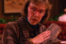 """Catherine E. Coulson - pamiętna kobieta z pieńkiem z """"Miasteczka Twin Peaks"""""""
