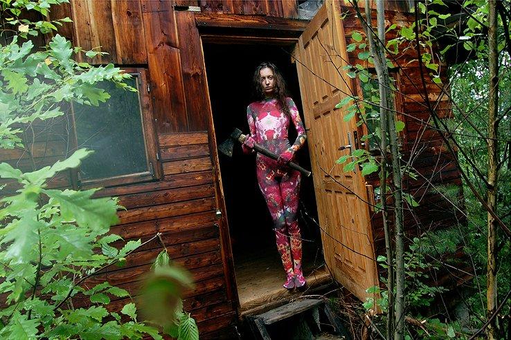 """""""Orzesznica"""" - modelka w stroju zentai na zdjęciu autorstwa Jana Duriny, jednego z najzdolniejszych młodych fotografów."""