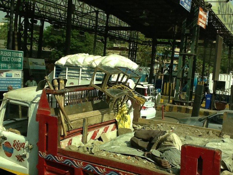 Nietypowe ładunki ciężarówek wjeżdżających na autostradę, Indie
