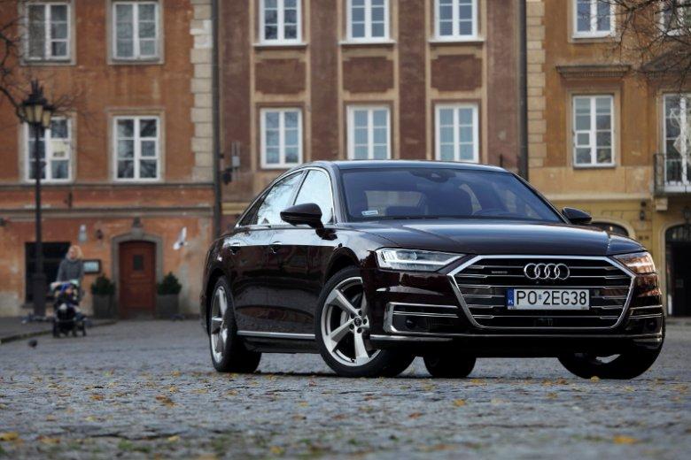 Grill typu single frame jest w Audi A8 niższy i szerszy.