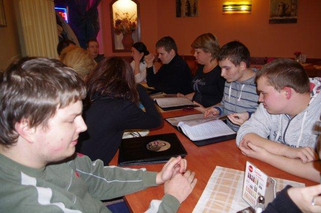 W oczekiwaniu na pizzę. Na pierwszym planie Piotr, od prawej Adam, Mateusz, nauczycielka Milena Moszczyńska, Michał, Anna Wangin, koordynator Klubu Autysty i Rafał.