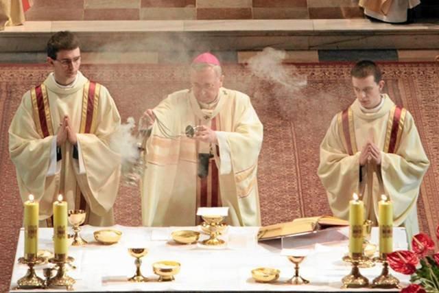 Arcybiskup Stanisław Gadecki podczas odprawiania mszy świętej