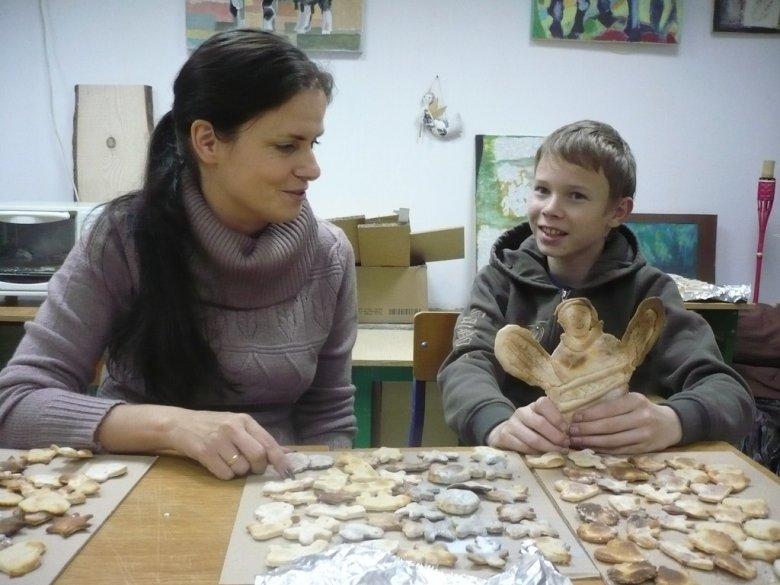Jaś Jaworski w szkole specjalnej odżył. Na zdjęciu z wychowawczynią Elżbietą Andrulonis.