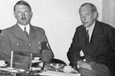 """Krzysztof Rak w swojej książce """"Polska – niespełniony sojusznik Hitlera"""" stawia tezę, że współpraca z Polską w latach 1930–1939 miała dla wodza III Rzeszy strategiczne znaczenie. Na zdjęciu Józef Beck w rozmowie z Adolfem Hitlerem, lipiec 1935 roku."""