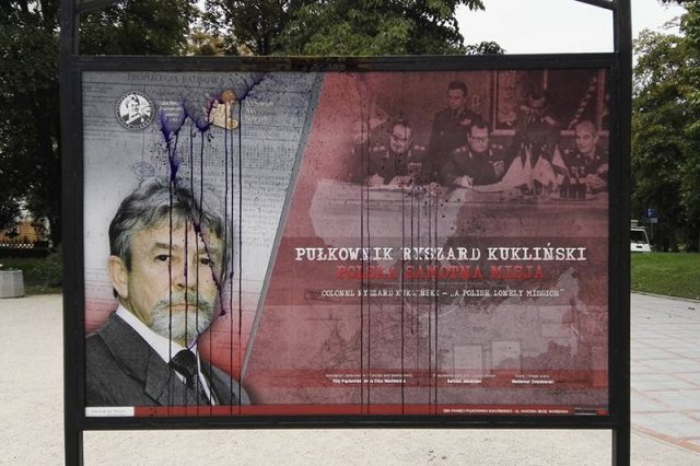 Nieznani sprawcy zdewastowali ekspozycję plenerową o płk. Kuklińskim.