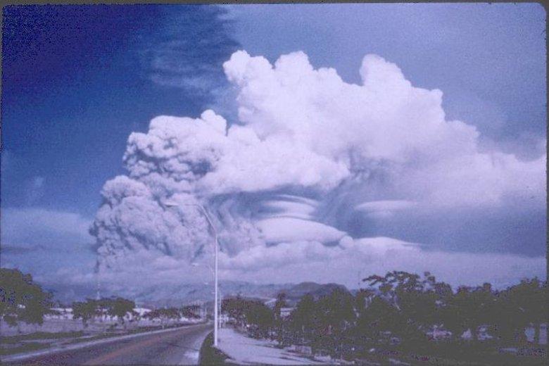 Erupcja wulkanu Pinatubo w 1991 roku, Filipiny. Obłok erupcyjny sięgający stratosfery.