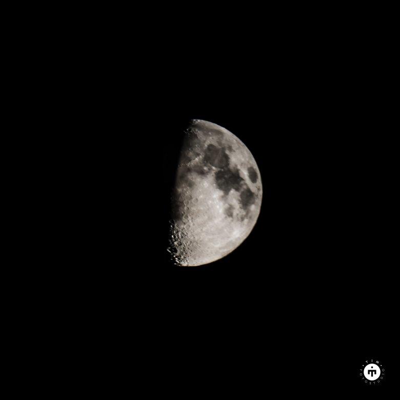 Księżyc sfotografowany lustrzanką