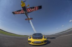 Na dole Porsche 911 GT3 RS. Na górze Łukasz Czepiela. Tak,  ten w samolocie do góry nogami.