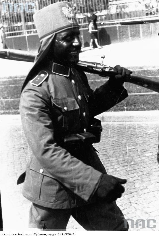 Czarnoskóry żołnierz idący w pochodzie Ligi Morskiej i Kolonialnej.