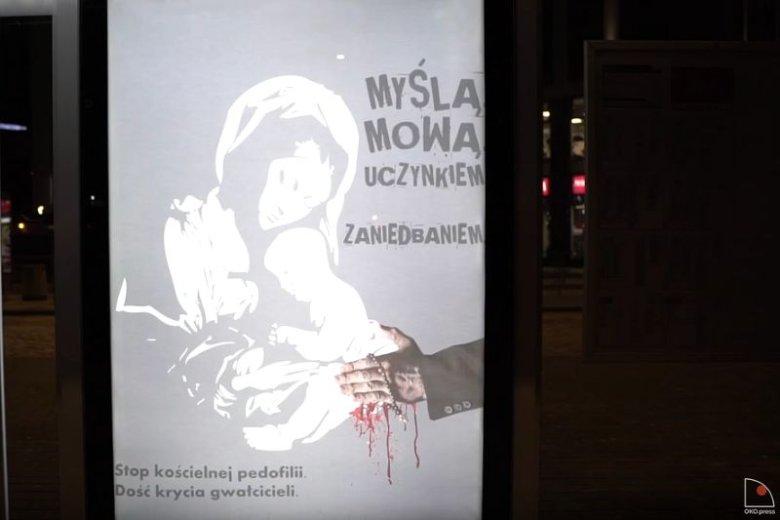 Plakaty zawisły na najbardziej uczęszczanych przystankach komunikacji miejskiej w Warszawie.