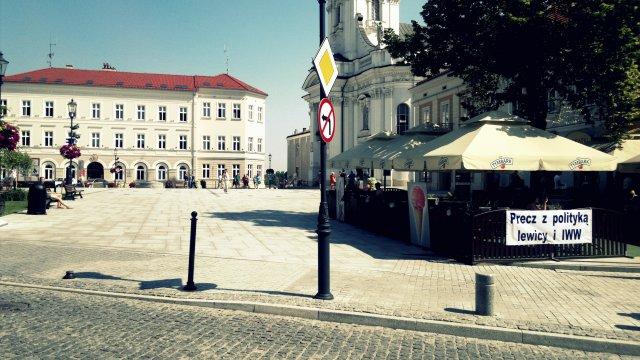 Baner autorstwa przewodniczącego Rady Miejskiej Wadowic i lokalnej Solidarności wiszący przed Urzędem Miasta.