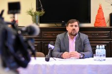 Tomasz Kaczmarek ma kłopoty. Prokuratura w Białymstoku oskarża go o przekręty finansowe w swojej fundacji.