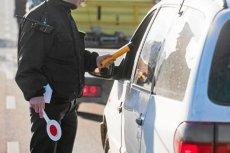 Za jazdę bez dokumentu prawa jazdy grozi tylko 50 zł mandatu, ale jeśli nie ma się uprawnień, kara będzie dużo bardziej dotkliwa.