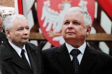 Lech Kaczyński po śmierci pomaga Jarosławowi utrzymać władzę.